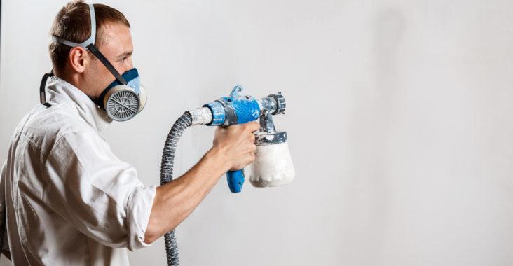 pistolet peinture pour lisser les murs