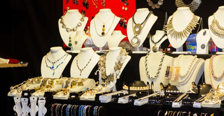 Présentoir à bijoux les atouts dans une chambre à coucher